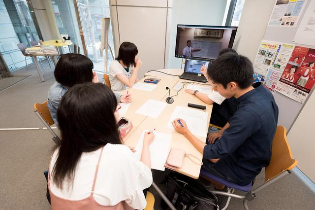 インターネット上の授業(ネット授業)は自宅やカフェにいながらいつでも授業を受けることが出来ます。何度でも繰り返し見られます。