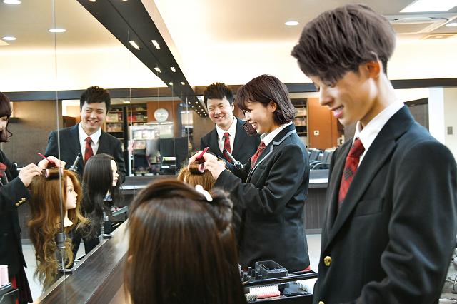 提携校とのWスクールで美容師国家資格取得を目指す。