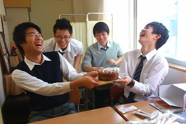 誕生日、サプライズバースデイのケーキを囲んで