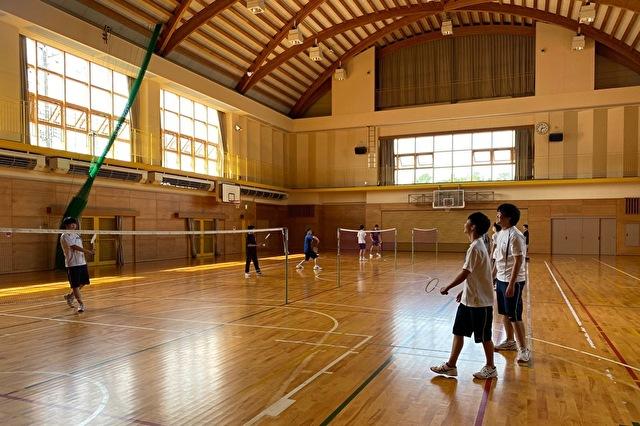 近隣の体育館でスポーツを行っています。