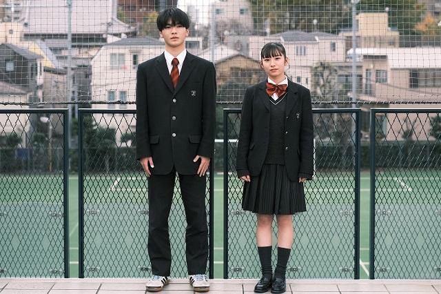 通学型の制服はグレーのブレザースタイル