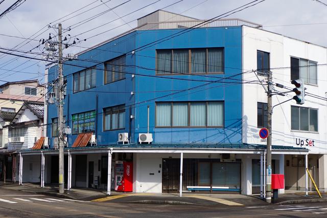 青色の建物が目印!見学・体験入学募集中!