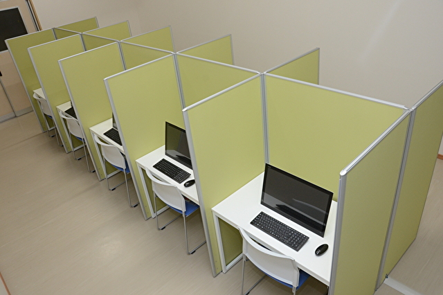 個別ブースに分かれたPC付き自習室